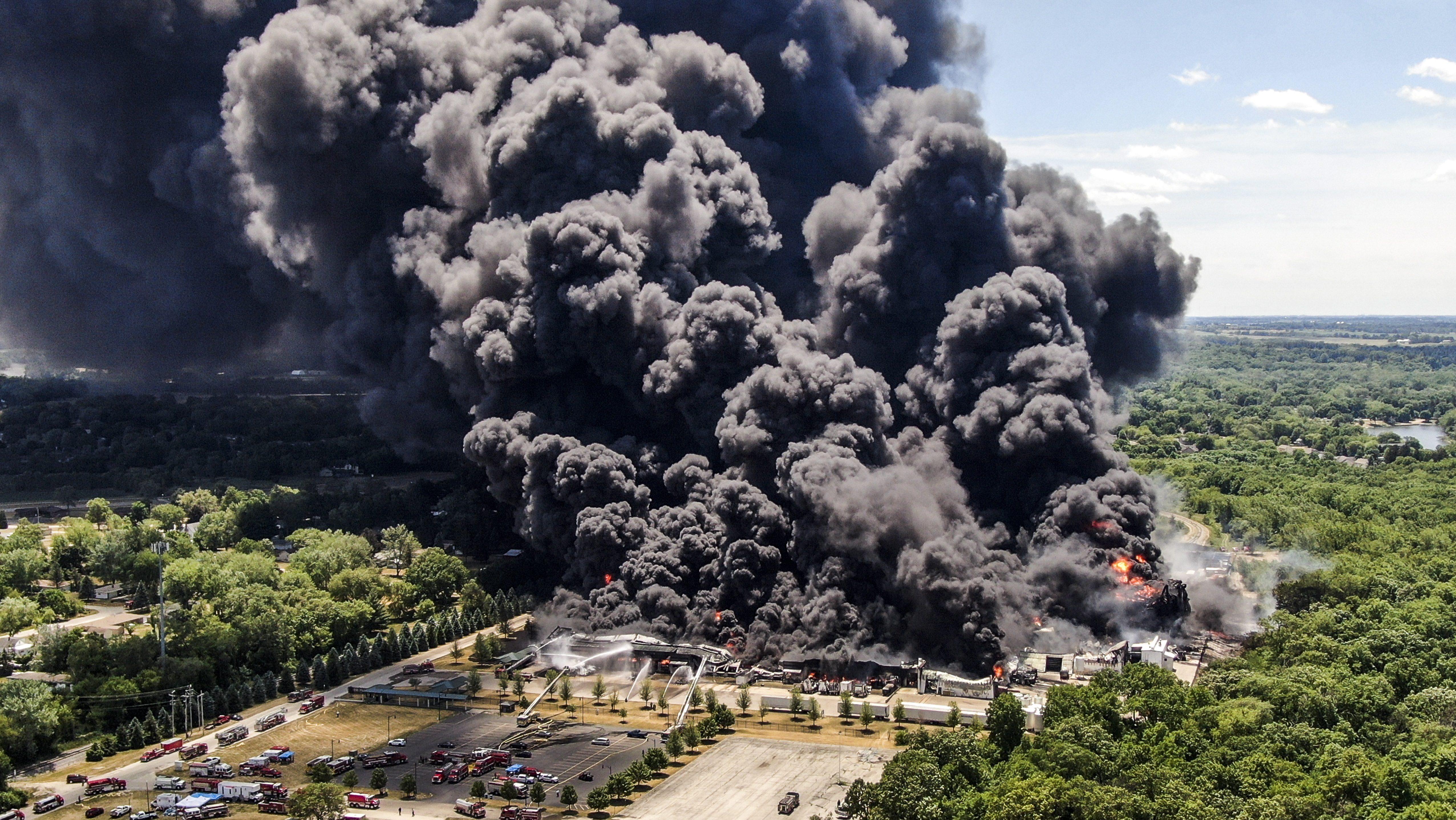 Columna de humo en una explosión en Rockton (Illinois, EEUU).