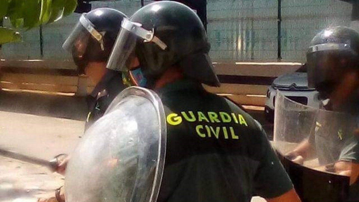 Nueve guardias civiles heridos en Melilla tras abortar el intento de entrada de 150 migrantes