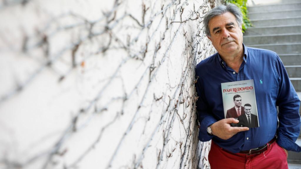 Graciano Palomo posa con su libro sobre Iván Redondo.