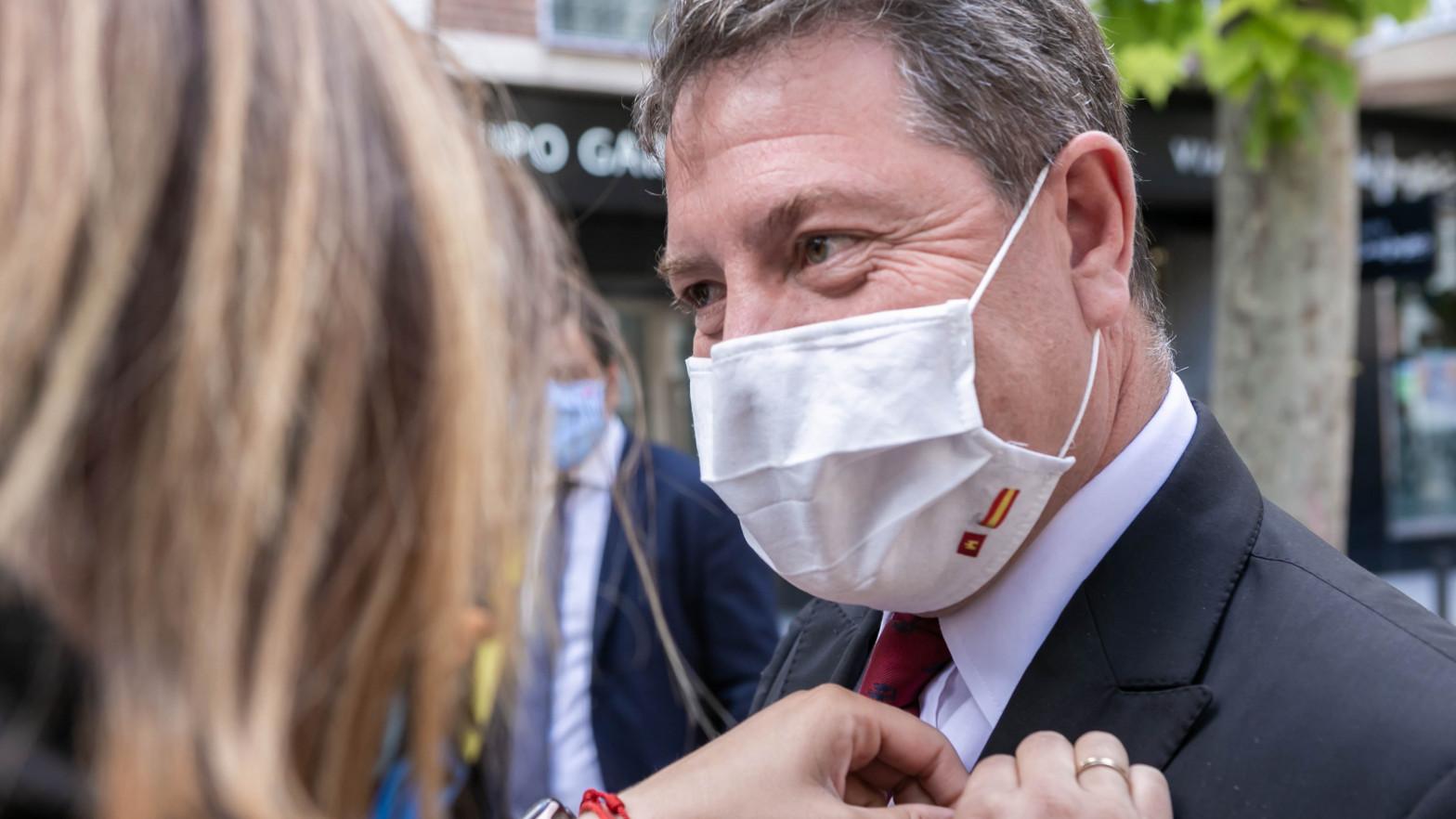 García-Page, que se ha presentado el acto con una mano vendada por un accidente doméstico, ha utilizado este extremo para bromear al respecto y vincular su estado a su desacuerdo con los indultos