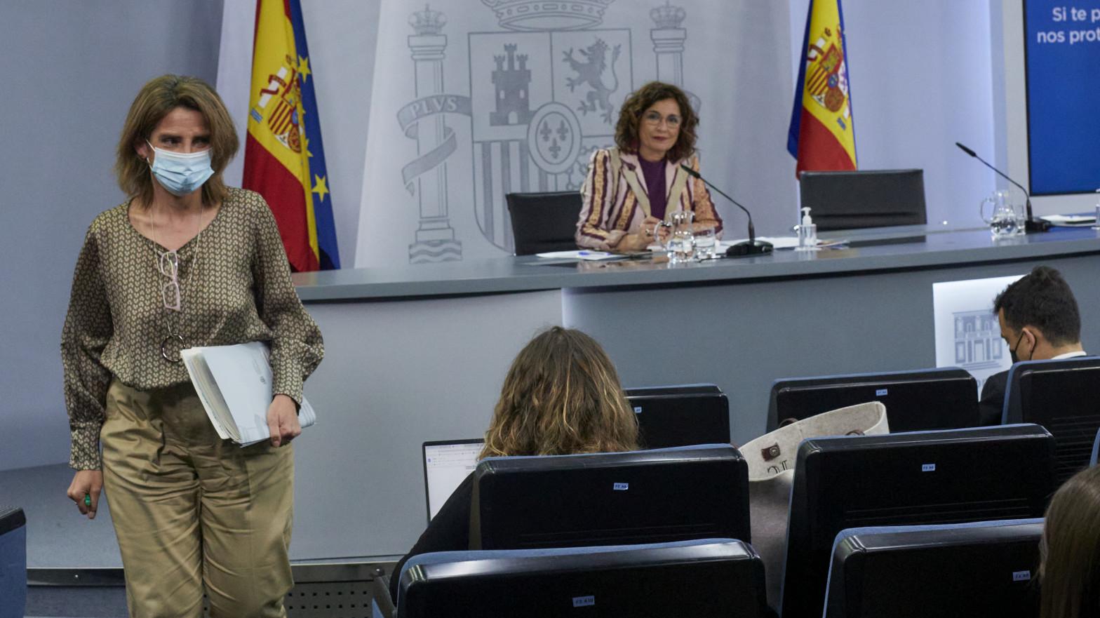 La ministra de Hacienda y portavoz del Gobierno, María Jesús Montero (i), y la vicepresidenta cuarta y ministra para la Transición Ecológica y el Reto Demográfico, Teresa Ribera
