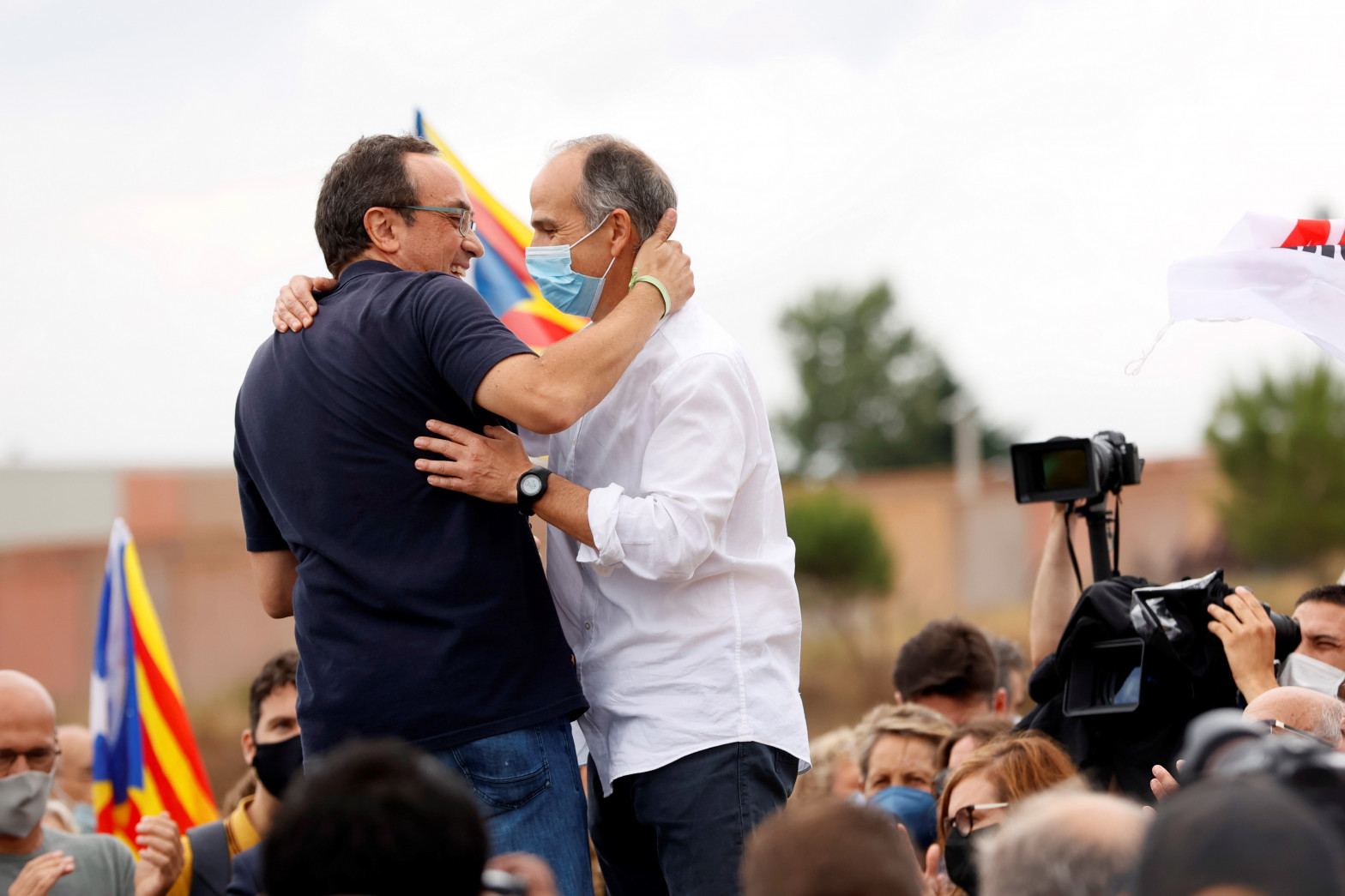 Los exconsellers Josep Rull y Jordi Turull (d) a su salida de prisión.