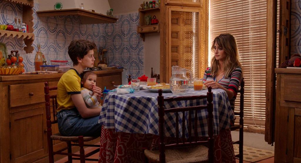 Las actrices Milena Smit y Penélope Cruz en la película 'Madres paralelas'.