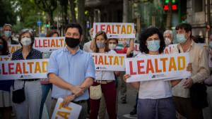 """Varias personas con carteles en los que se lee: """"Lealtad"""", durante una concentración convocada contra los indultos"""