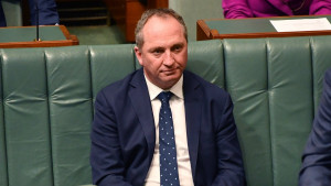 Multan a viceprimer ministro australiano por no usar mascarilla en público