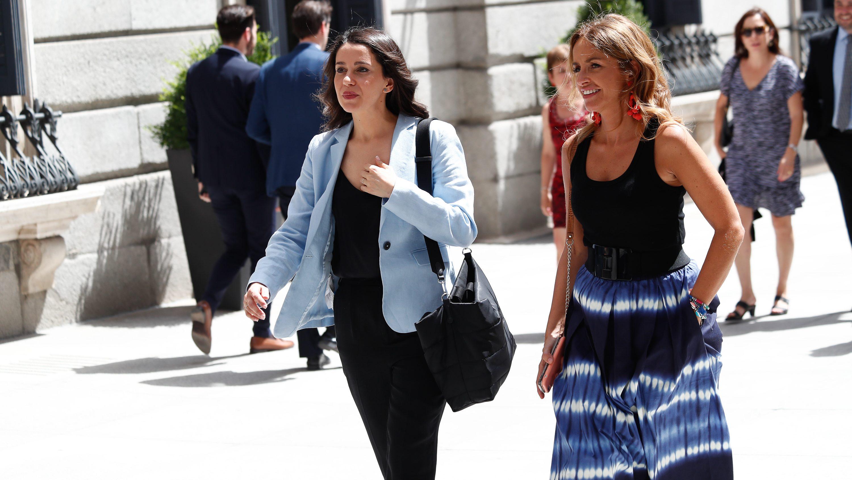 Inés Arrimadas junto a Patricia Reyes en las puertas del Congreso de los Diputados. Europa Press.