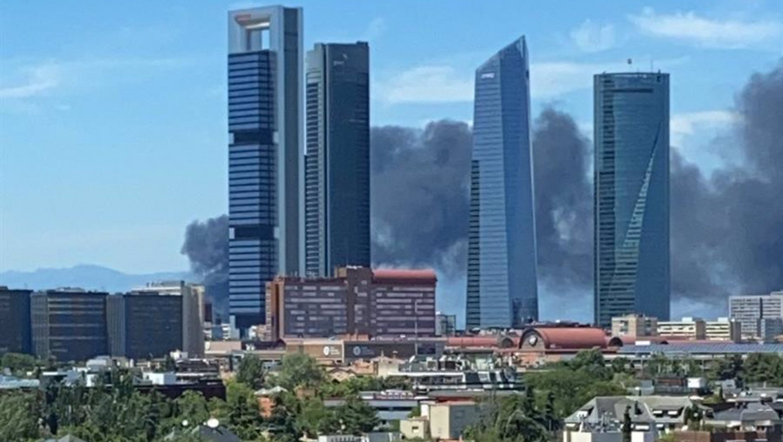 Un incendio en un edificio en Mirasierra (Madrid) provoca una gran columna de humo negro
