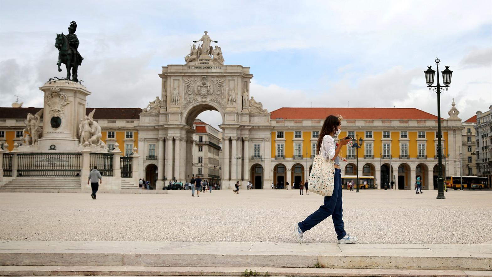 Una mujer pasea por Lisboa.