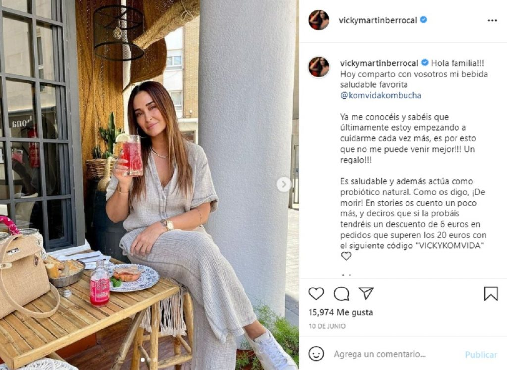Vicky Martín Berrocal bebe kombucha