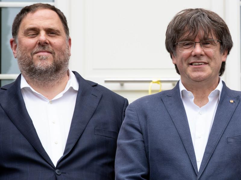 El exvicepresidente y líder de ERC, Oriol Junqueras (i), y el expresidente de la Generalitat y líder de Junts, Carles Puigdemont
