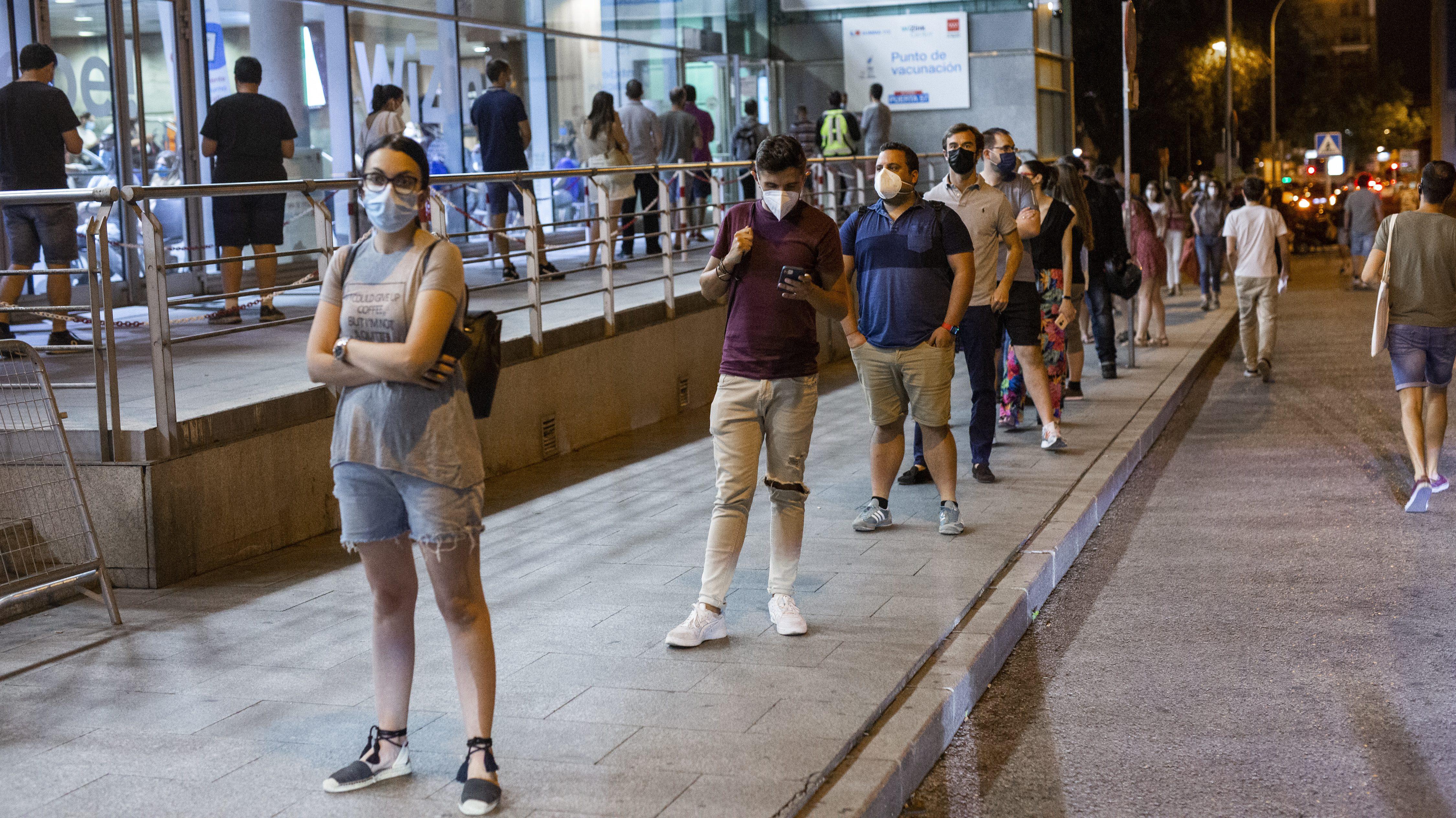 Fila de personas esperando para recibir la vacuna contra la covid. Europa Press.