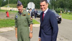 El teniente coronel Abós, jefe de la misión española en Lituania, y el presidente del Gobierno, Pedro Sánchez