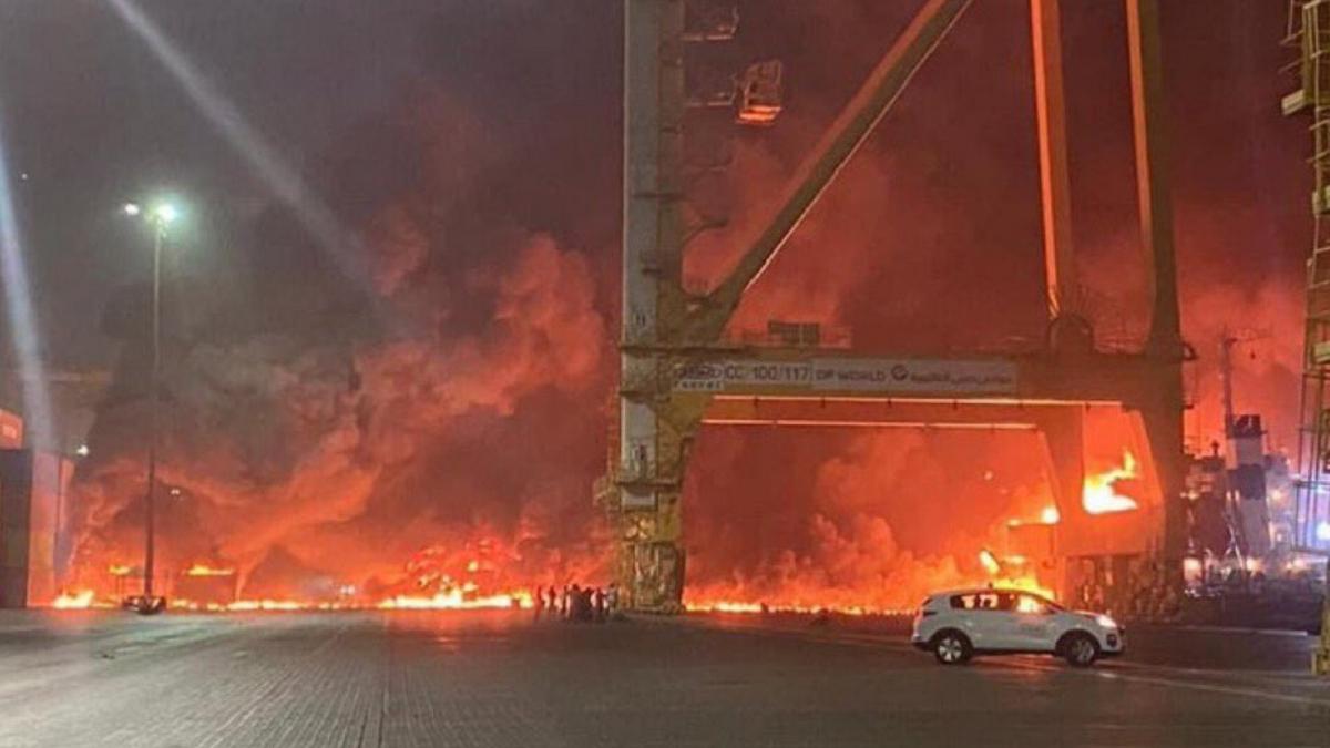 Aparatoso incendio en el puerto de Dubái provocado por una fuerte explosión de un buque