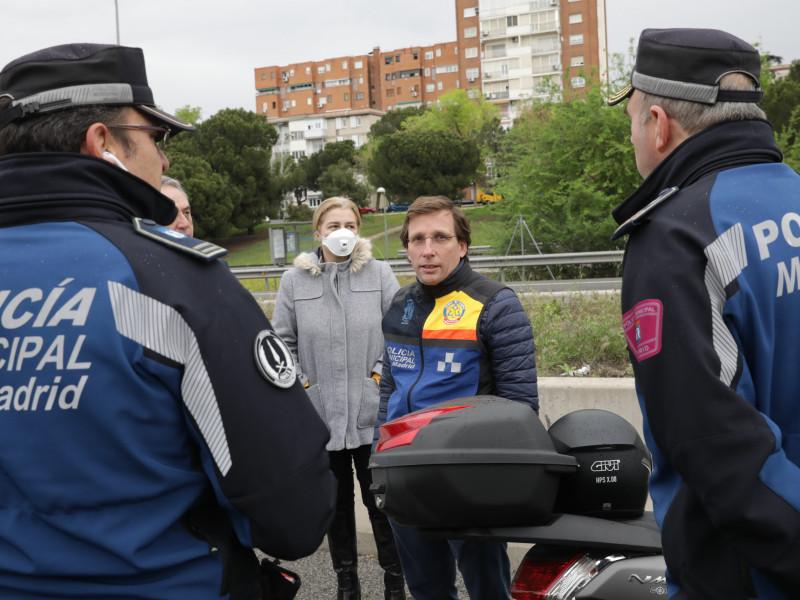 José Luis Martínez-Almeida junto a dos agentes de la Policía Municipal de Madrid