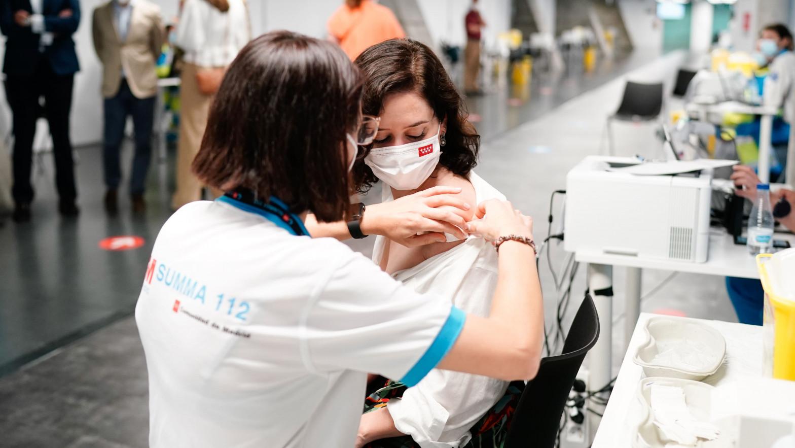 Isabel Díaz Ayuso recibe la primera dosis de la vacuna de Pfizer en el Wizink Center