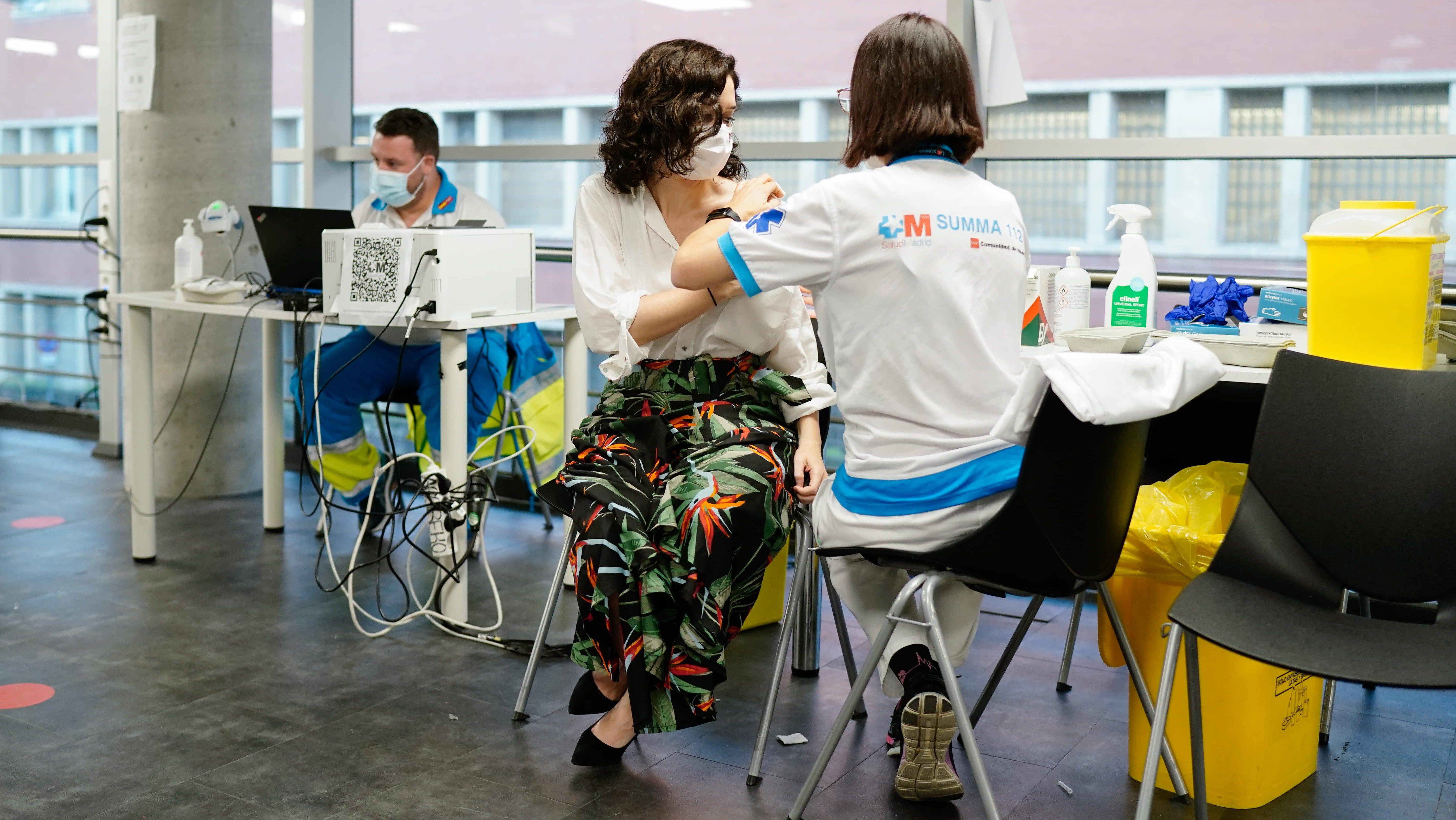 La presidenta de la Comunidad de Madrid, Isabel Díaz Ayuso, siendo vacunada contra la covid.