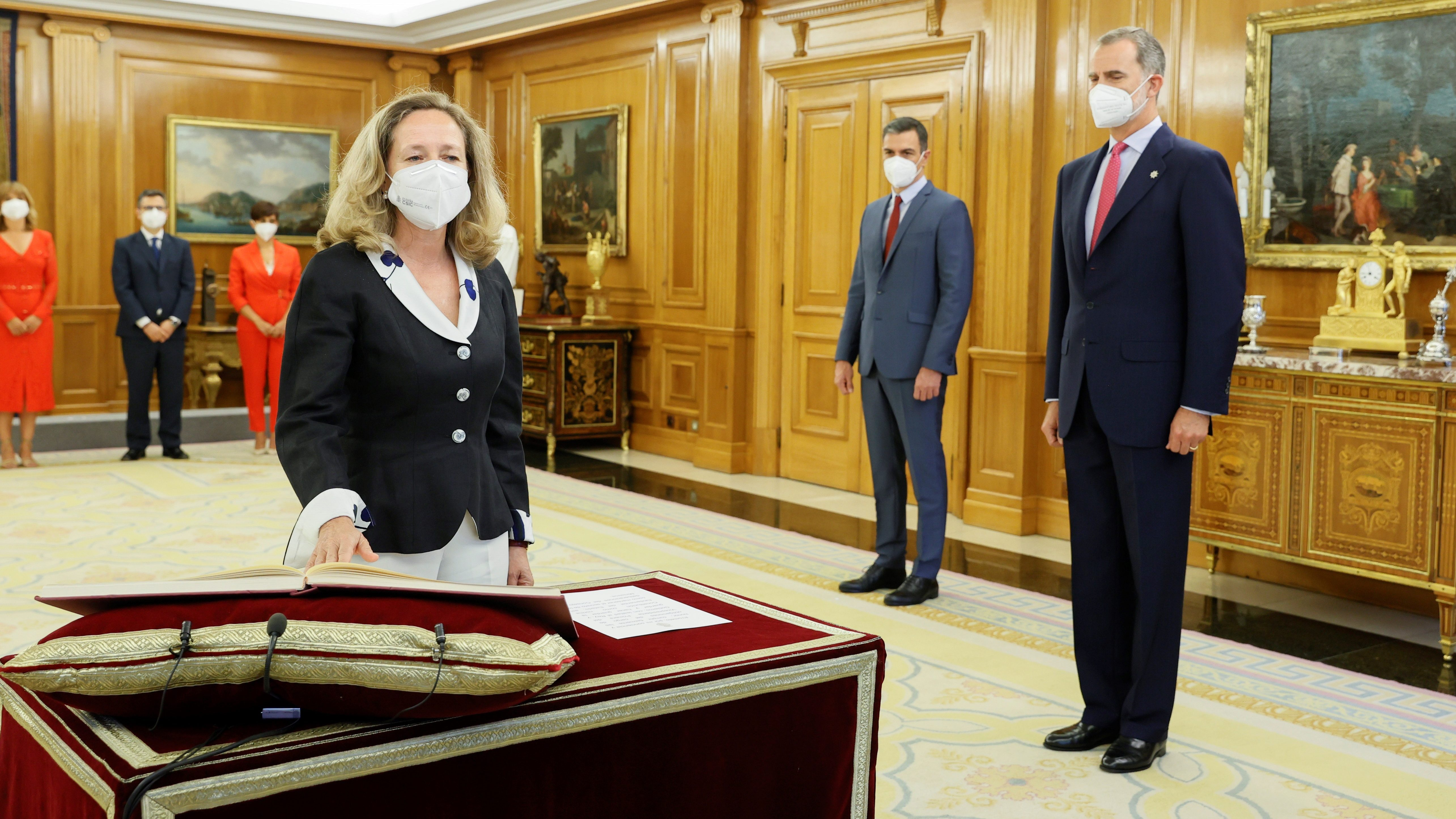 El Rey y el presidente del Ejecutivo, Pedro Sánchez, observan a la vicepresidenta primera y ministra de Asuntos Económicos y Transformación Digital, Nadia Calviño, durante la toma de posesión. EFE.