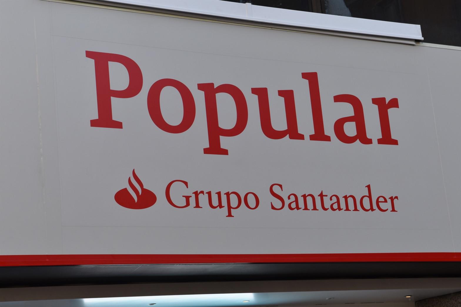 Nuevos rótulos de las oficinas de Popular tras la integración con Santander, en una imagen de octubre de 2017.