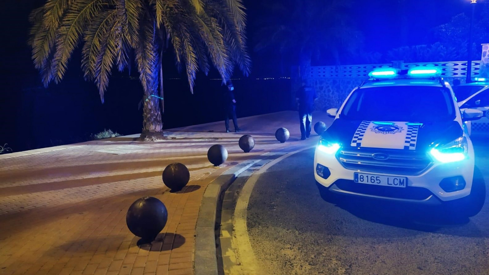 Desalojan a más de 100 jóvenes haciendo botellón en una playa de Alicante