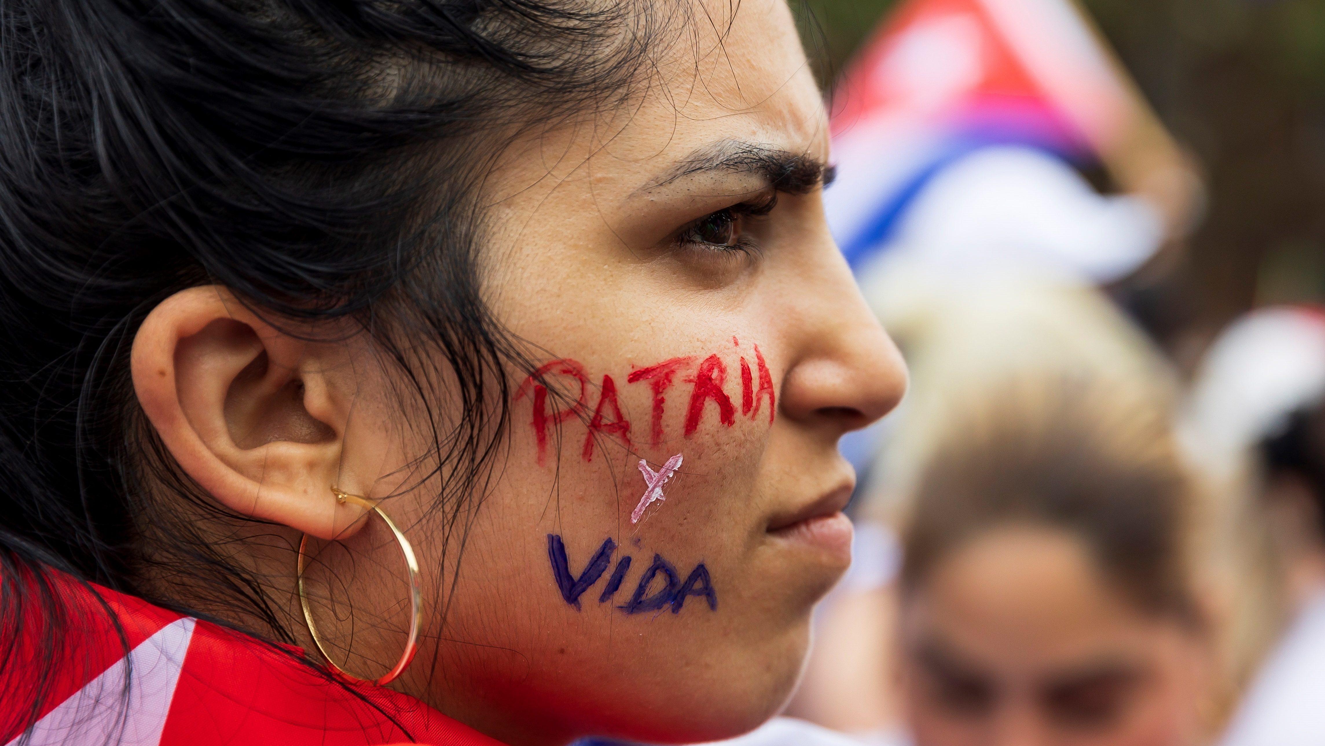 """Una manifestante con el lema """"Patria y vida"""" a favor de los manifestantes cubanos. EFE."""