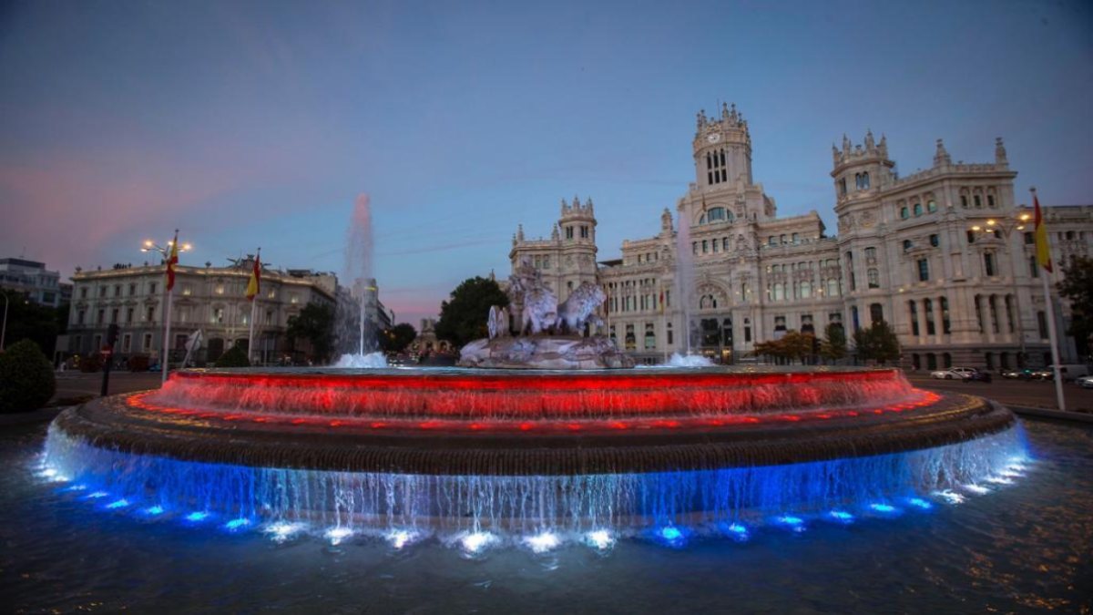 El Ayuntamiento de Madrid ilumina la Cibeles con los colores de la bandera cubana
