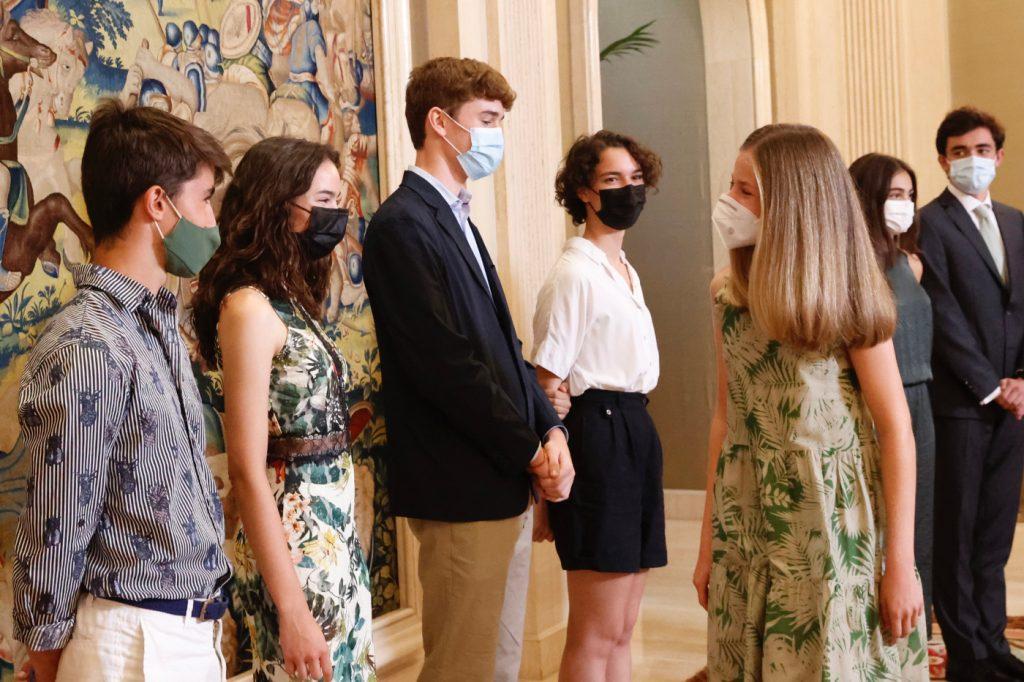 La princesa Leonor saluda a los alumnos de  Colegios del Mundo Unido
