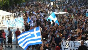 Miles de personas protestan en rechazo a la vacuna contra la covid-19 en Grecia