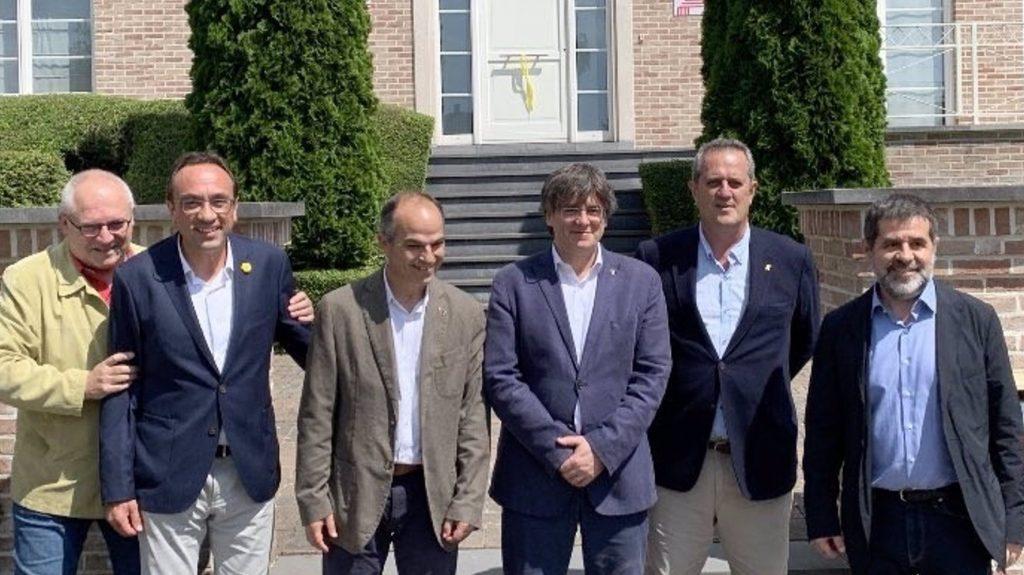 Los exconsellers indultados junto a Carles Puigdemont en Waterloo (Bélgica). Europa Press.