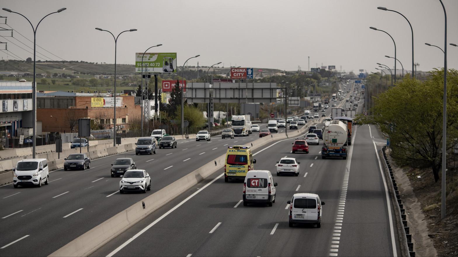 Tráfico intenso en las salidas de Madrid en un viernes de cambio de quincena