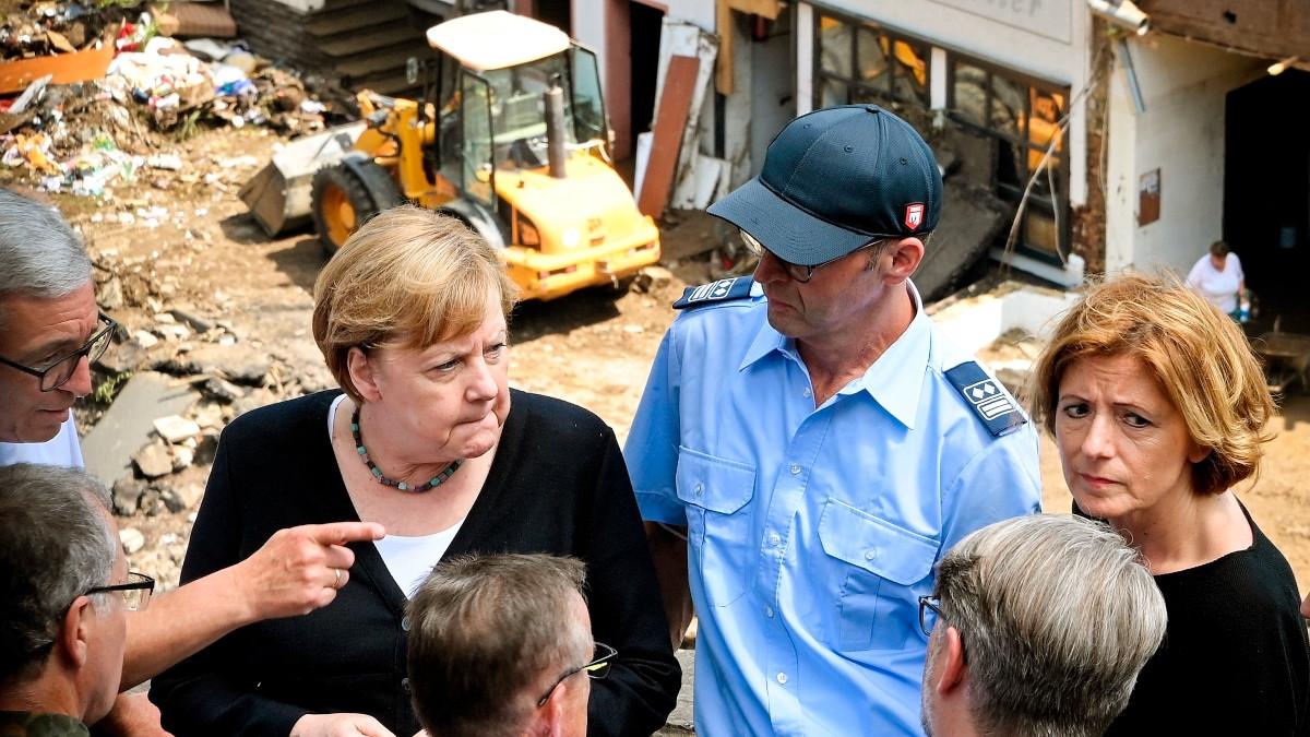 Merkel acude a una zona devastada por las inundaciones y promete ayuda urgente