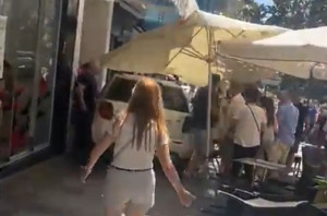 Un coche atropella a varias personas al invadir una zona de terrazas en Marbella