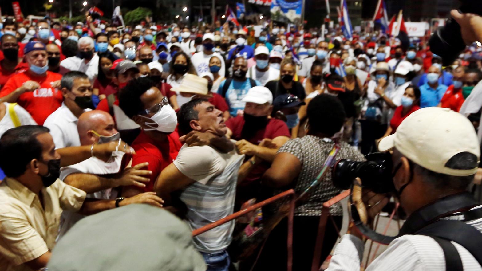 Un hombre es arrestado durante un acto de apoyo a la revolución en La Habana (Cuba), organizado por el Gobierno cubano de Miguel Díaz-Canel.