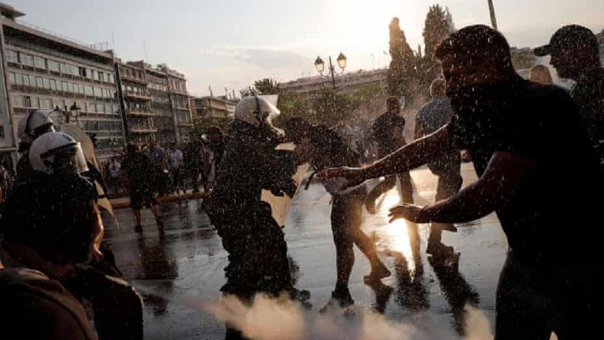 Grecia usa gases lacrimógenos para dispersar una protesta contra la vacunación obligatoria