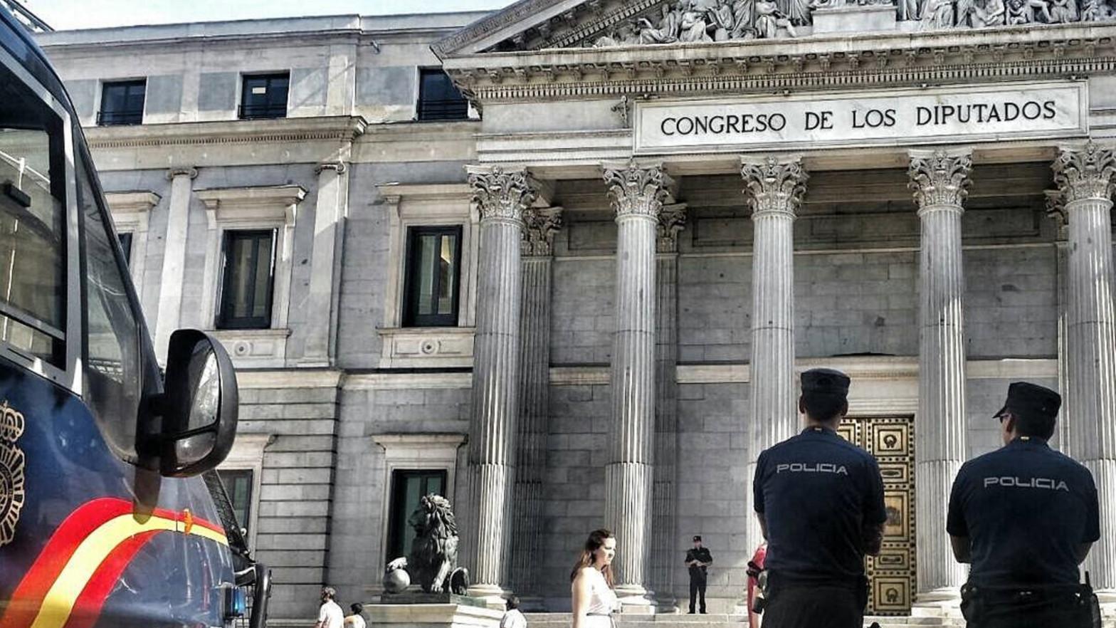 Agentes de la Policía Nacional frente al Congreso de los Diputados