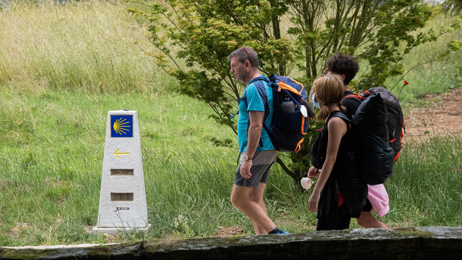 Varios peregrinos en la última etapa del camino de Santiago