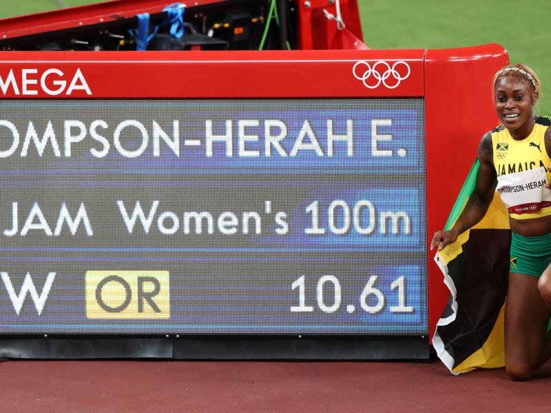Elaine Thompson revalida su título de los 100 m con récord olímpico y lidera el podio jamaicano